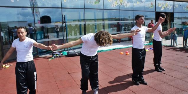 Entre ciel et terre, les acrobates font rêver les enfants à Gymbo Anfa Place